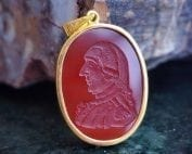 Red Agate pendant featuring George Washington - Hand carved - gold